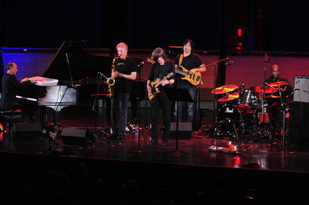 Yellowjackets_mike_stern_photo_credit_frank_stewart_jazz_at_lincoln_center_depth1