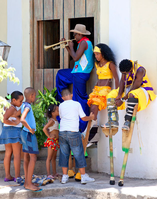 Insight Cuba - Stilt Walkers
