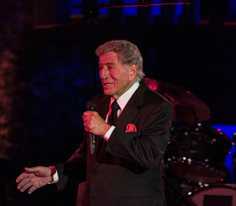Tony_bennett_onstage_1__international_jazz_day__un__nyc__4-30-12__depth1