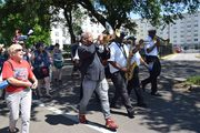 Terrence_blanchard_and_brass_band_in_parade_to_the_fairgrounds_rs_span3